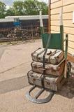 被塑造的皮箱二被转动的老台车 免版税图库摄影