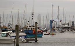 被填入的小游艇船坞在Lymington皇家Lymington游艇俱乐部的港口家 承担一个暗灰色夏日在6月 库存图片