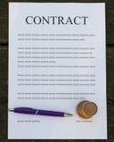 被填装的纸合同 免版税库存照片