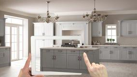 被增添的现实概念 递拿着有AR应用的片剂用于模仿在真正的家具和室内设计产品 库存图片