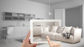 被增添的现实概念 递拿着有AR应用的片剂用于模仿在真正的家具和室内设计产品 库存照片