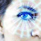 被增添的机器人靠机械装置维持生命的人妇女` s眼睛HUD图表 免版税库存照片