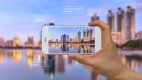 被增添的现实或AR在巧妙的设备屏幕上的App 库存图片