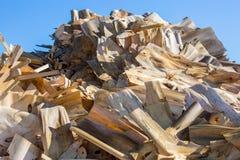 被处理的废木料和刨花 库存照片