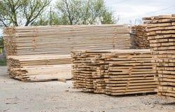 被处理的木头存贮在堆的 图库摄影