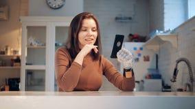 被妨碍的妇女拿着有假肢的,关闭一个电话 股票录像
