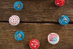 被安排的各种各样的爱国杯形蛋糕 免版税图库摄影