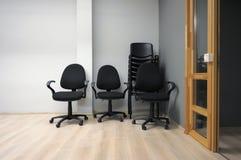 被安排的椅子新的办公室栈 库存照片