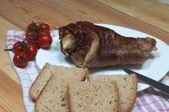 被安排的火腿飞腓节照片从一头猪的用面包和西红柿 免版税库存图片
