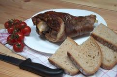 被安排的火腿飞腓节照片从一头猪的用面包和西红柿 图库摄影