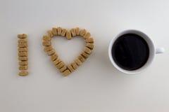 被安排的糖立方体,我爱咖啡概念 免版税库存照片