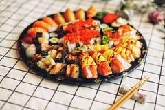 被安排的背景编结原始的三文鱼生鱼片寿司白色 免版税库存照片