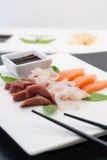 被安排的背景编结原始的三文鱼生鱼片寿司白色 库存图片