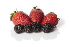 被安排的草莓和黑莓 库存图片