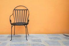 被安置的椅子外面 免版税库存图片