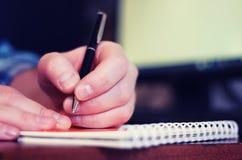 被定调子的人手写笔纸 免版税图库摄影