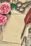 被定调子的使用的纸古色古香的羽毛笔玫瑰色花葡萄酒 图库摄影