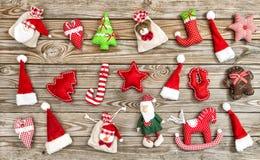 被定调子的圣诞节装饰木背景葡萄酒 免版税库存照片