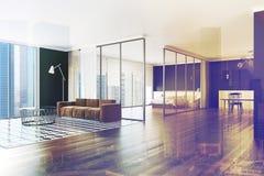 被定调子的客厅棕色沙发 图库摄影