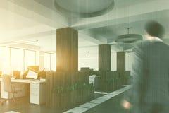 被定调子的木和白色露天场所办公室边 免版税库存照片