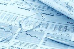 被定调子的蓝色财务新闻复核 免版税库存图片