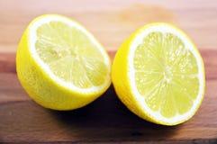 被对分的柠檬 免版税库存图片