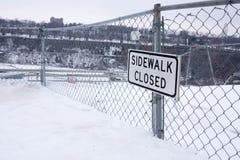 被封锁的边路签到雪 库存图片