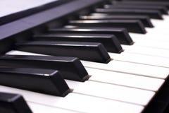 被射击的接近的关键钢琴  免版税库存图片