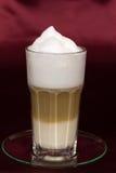 被射击的接近的latte macchiato  免版税库存图片
