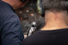 被射击的猎枪抽烟与在房间的一壳 免版税库存照片
