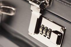 被射击的黑色公文包关闭门闩锁定  免版税库存照片