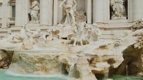 被射击的掀动:Trevi喷泉在罗马 在游人中的普遍的地方从世界 4K 10位录影 股票录像