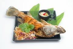 被射击的鱼用fishsauce和芒果沙拉 免版税库存图片