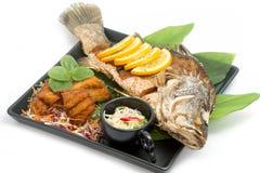 被射击的鱼用fishsauce和芒果沙拉 图库摄影