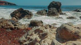 被射击的滑子显示在地中海海岛上的典型的白色和黑小卵石 股票视频