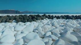 被射击的滑子显示在地中海海岛上的典型的白色和黑小卵石 股票录像