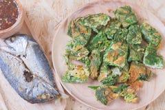 被射击的mackarels和查家om鸡蛋,泰国地方食物 库存图片