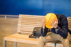 被尝试的年轻亚洲工程师人感觉,当坐长凳时 库存照片