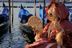 被屏蔽的威尼斯妇女 免版税库存照片