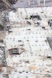 被巩固的桩基,在建造场所的运作的建造者 免版税库存照片