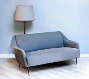 被布置的织品灰色五十年代沙发 免版税库存图片