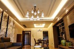 被带领的天花板照明设备照亮的客厅 库存照片