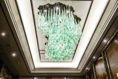 被带领的水晶天花板照明设备在旅馆大厅里 免版税库存照片