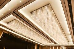 被带领的水晶天花板照明设备在旅馆大厅里 图库摄影