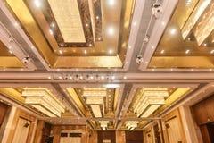 被带领的水晶天花板照明设备在旅馆大厅里 免版税图库摄影