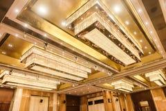 被带领的水晶天花板照明设备在旅馆大厅里 免版税库存图片