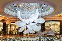 被带领的水晶枝形吊灯照明设备在旅馆大厅里 免版税库存图片