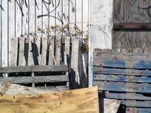 被废弃的堆木摘要 免版税库存照片