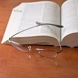 被开张的书玻璃 库存图片