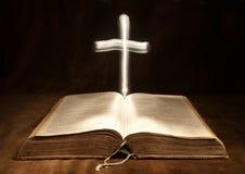 被开张的圣经交叉光 免版税库存照片